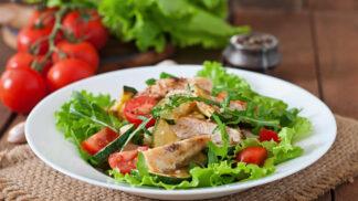 Co se zbytky pečeného kuřete? Připravte si rizoto, salát i plněnou tortillu