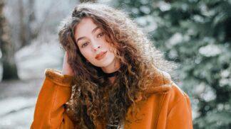 Krásné vlasy za pár minut: Nejlepší vychytávky a účesy, které zvládnete raz dva sama doma