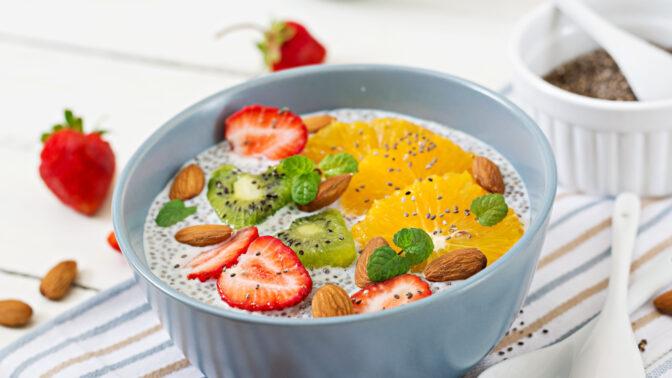 Chia pudink s ovocem a zakysanou smetanou jako z Prostřena: Snadný recept do 30 minut