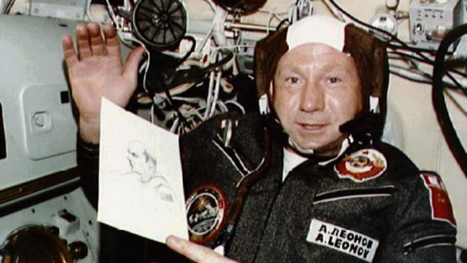 Příliš velký skafandr: Kosmonaut Alexej Leonov se po procházce vesmírem nevešel zpátky do rakety