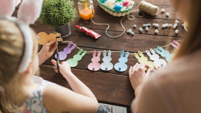 Velikonoční tvoření s dětmi: Stačí jen čtvrtka, barevný papír, nůžky a lepidlo