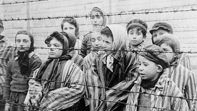 Ikonická fotka dětí z Osvětimi: Badatelé dohledali jejich poválečné osudy, vhání slzy do očí