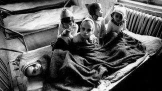 Neuvěřitelná hrůza Ceausescových sirotčinců: Podvyživené děti bez péče, hygieny a hraček