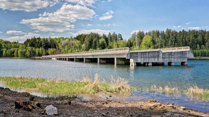 Hitlerův nedokončený most u Borovska: Záhadná stavba končí uprostřed vodní nádrže Švihov