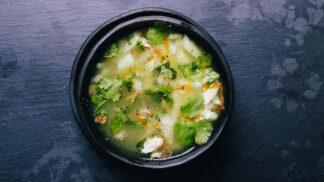 Jarní zeleninová polévka, jakou dělali i v Prostřenu. Skvělý způsob, jak zahájit jaro v kuchyni