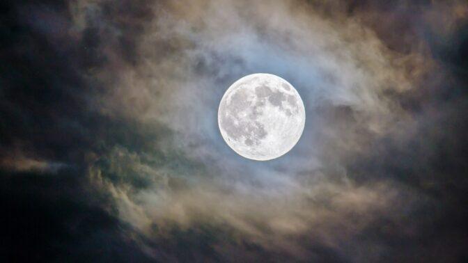 Bouřkový úplněk ve Vodnáři: Otevře bolestivá místa minulých vztahů a hrozí úrazy