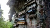 Bizarní skalní hřbitov Sagada: Budoucí nebožtíci si vyrábějí rakve vlastníma rukama