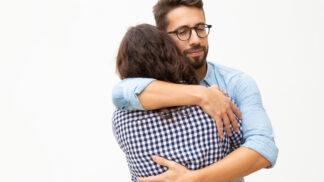 Co prozradí objetí: Které vyjadřuje romantickou lásku a které ochranitelské pudy?