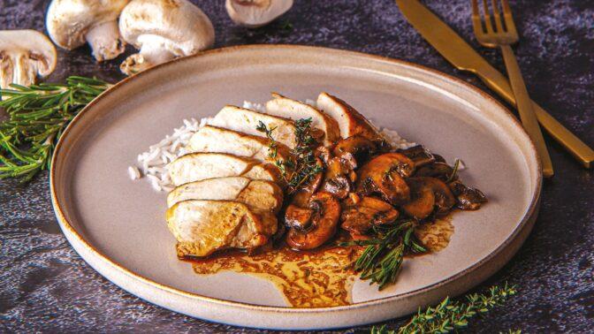 Královská kuřecí prsa s balsamikovými žampiony a tymiánem: Snadný a chutný oběd