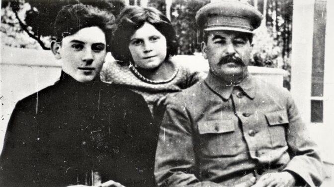 Drsný vztah Stalina se synem: Tvoje žena si vzala idiota, napsal mu rozzlobený diktátor