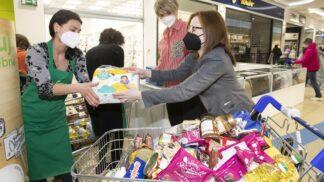 Zákazníci Tesco dosud darovali vjarní Sbírce potravin bezmála 66 tun potravin a drogerie vobchodech i online