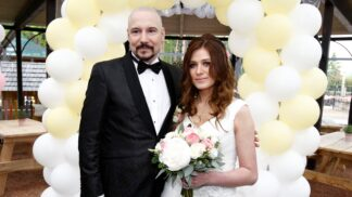 Bohuš Matuš a jeho mladičká Lucie se vzali. Nevěsta vynesla tyto úžasné svatební šaty s příběhem