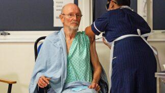 Zemřel první muž světa očkovaný proti covidu. William Shakespeare podlehl jiné nemoci