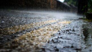 Záhadný déšť: Proč z nebe občas prší červené kapky, žáby a někdy i peníze