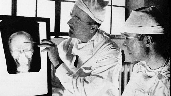 5 nejpodivnějších léčebných metod historie: Na co všechno se předepisovaly drogy, elektrošoky a vibrátor?