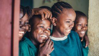 Bizarní epidemie smíchu: Co doopravdy stálo za nákazou, která paralyzovala celé vesnice?
