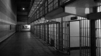 3 nejbizarnější žaloby podané vězni: Jeden chtěl před soud postavit své opilé já, další Boha