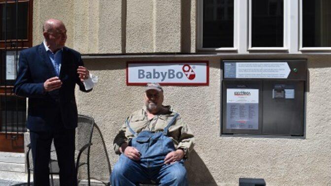 Už šestnáct let babyboxy zachraňují životy nechtěných dětí. Zařízení nové generace převzala u příležitosti letošního Dne dětí městská část Praha 6