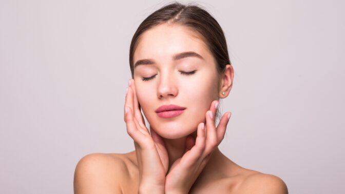 Dermatoložka radí: Tento desetivteřinový domácí test odhalí skutečné stáří vaší pleti