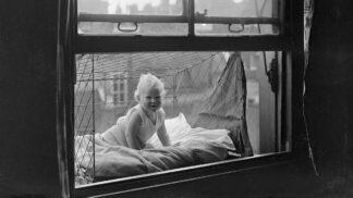 Dítě v kleci: Bizarní způsob, jak dopřát potomstvu čerstvý vzduch