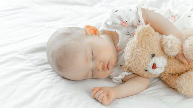 Horko a dětský spánek: Odbornice radí, jak ulevit miminku za letních nocí a jak přesně ho obléci