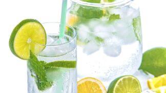 Vhorkých dnech nezapomínejte na tekutiny. Vodu si vylepšete třeba čerstvou ovocnou šťávou