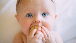 Kdy nechat holčičce nastřelit náušničky? Dejte si pozor, abyste to neudělali příliš brzy, varují pediatři