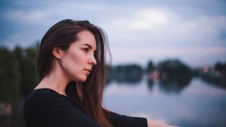 Bára (26): Přítel se jen válí na gauči, zatímco já nestíhám péči o domácnost. Korunu tomu nasadila tchyně