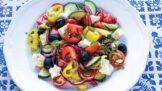 Středomořský salát s olivami a balkánským sýrem: Snadná a zdravá večeře