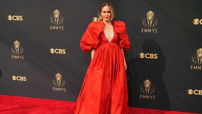 7 největších módních úletů z předávání cen Emmy 2021: Okřídlený kostým, nebinární oděv i Střihoruký Edward