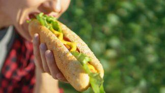Jeden hot dog vás může stát 36 minut života, tvrdí vědci. A jak jsou na tom ostatní potraviny?