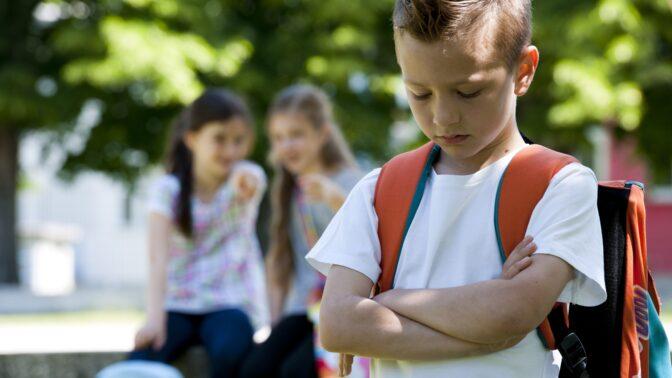PORADNA: Dítě se cítí méněcenné, protože nemá drahý mobil. Vyprávějte mu příběh Leonarda DiCapria, radí psycholožka