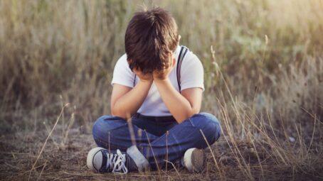 PORADNA: Desetileté dítě trápí smrt mazlíčka. Mluvte o jeho žalu a vykopejte spolu hrobeček, radí zkušená psycholožka