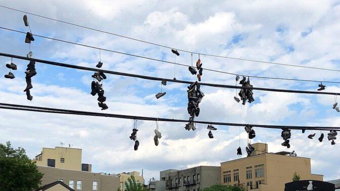 9 zajímavostí o házení bot na elektrické vedení: Jde o práci gangů nebo obyčejnou klukovinu?