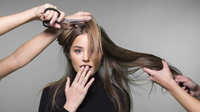 5 chyb, které nám kadeřníci ze slušnosti nikdy nevyčtou: Od špatného sezení až po neúměrné dávkování šamponu
