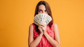 3 znamení zvěrokruhu, která si nedostatek sebelásky kompenzují penězi