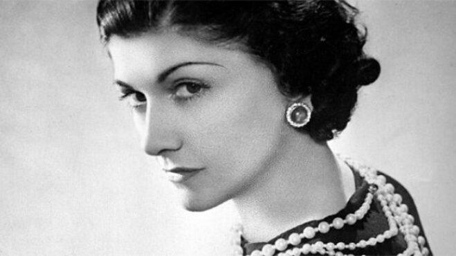 """Při cestě za slávou jí pomohli bohatí muži. Coco Chanel: Vymyslela """"Malé černé"""" i parfém Chanel No. 5"""