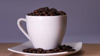Řadíte se mezi vášnivé pijáky kávy? Brzděte. Podívejte se, co vám může příliš mnoho kofeinu udělat v těle