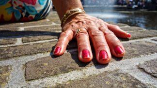 Ruce jsou vaší vizitkou. Jak se zbavit kousání nehtů?