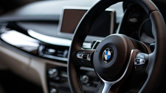 Čeká vás dlouhá cesta autem, ale během jízdy se vám dělá nevolno? Poradíme, jak nevolnost zvládnout