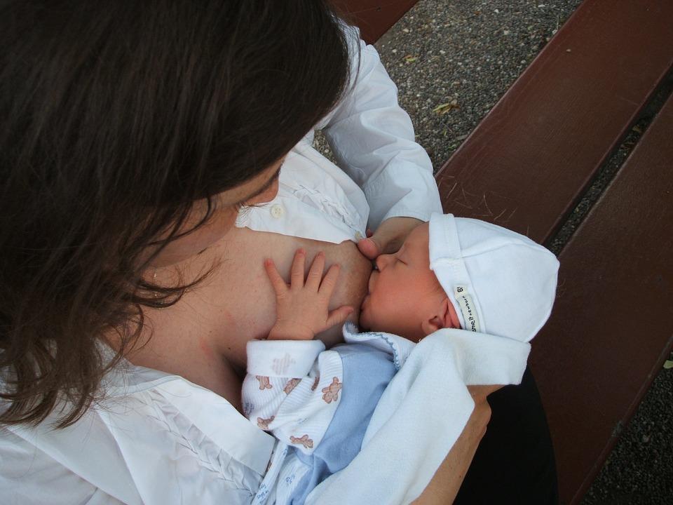 Thumbnail # Výhody kojení: Vybudujete si pouto s miminkem a snížíte riziko náhlého úmrtí kojenců