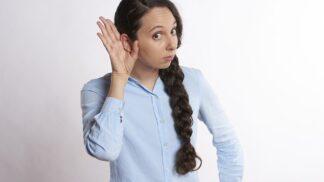 Začala jste hůř slyšet? Možná za to může špatná technika čištění uší
