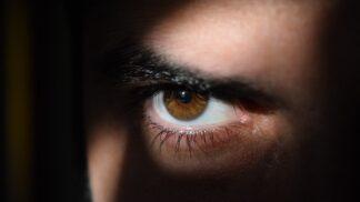 Stalking je trestný čin. Kdy už je to opravdu vážné a je dobré běžet na policii?
