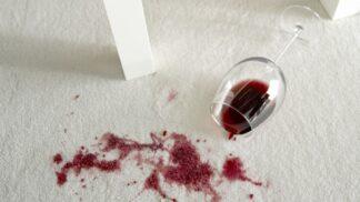 Mléko i pěna na holení. 7 tipů, jak odstranit červené skvrny od vína