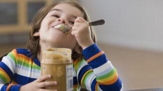 Krmte děti do prvních narozenin arašídy a budou léta chráněny proti alergiím, vzkazují experti
