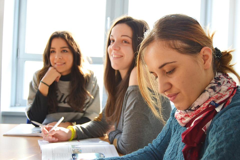 Čas výběru střední školy je tu: Na co si dát pozor, na co se ptát a jak nešlápnout vedle