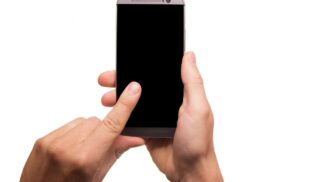 Pánové, nosíte rádi mobil v kapse a málo spíte? Tak pozor. Hrozí vám neplodnost
