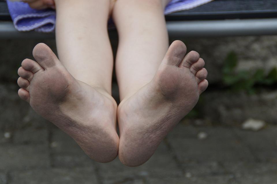 Chození na boso máme dané od přírody! Proč je lepší chodit bez bot?