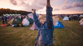 Chystáte se na parádní festival? Poradíme vám, jak protančit střevíce a přitom být stále svěží