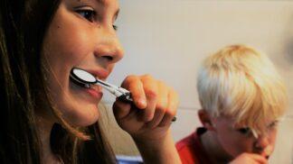 Čištění zubů dvakrát denně je zbytečné, vzkazují zubní lékaři